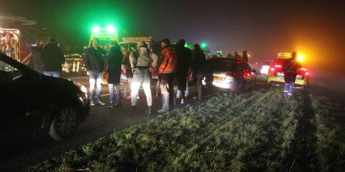 De chaos op de A32 bij het Friese Akkrum is enorm.