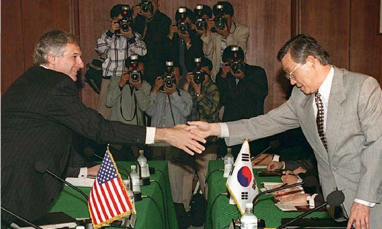 Robert Gallucci (l.) ontmoet de Zuid-Koreaanse ambassadeur Choi Dong-Jin (R) in Seoel. Beeld AFP