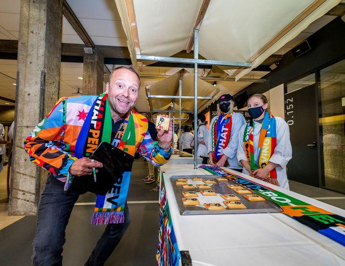 Ook cabaretier Richard Groenendijk, ambassadeur van het songfestival en gast-jurylid, pikt een koekje mee.