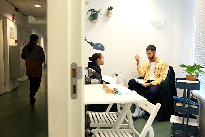 Jileyla praat met docent Dennis de Wit in de coachingskamer van de Democratische School.
