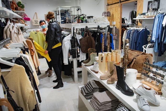 Winkelmedewerkster Marleen Peters helpt klant in Beekse winkel B-Stylicious.