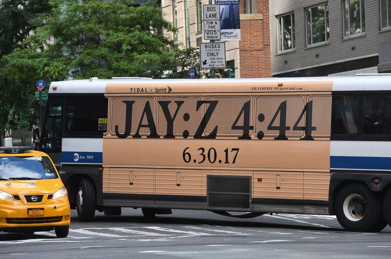 Een bus in New York met reclame voor het nieuwe album van Jay-Z. Beeld AFP