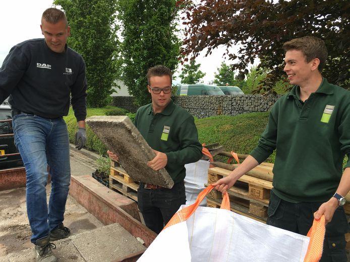 In West-Brabant zijn de afgelopen jaren vaker acties gehouden waarbij mensen tuintegels in konden ruilen voor gratis groen om zo meer ruimte te maken voor biodiversiteit in hun achtertuin.