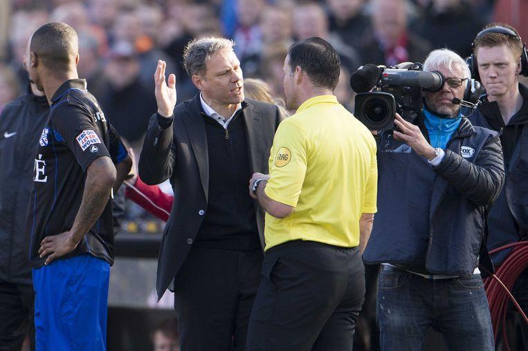 Van Basten is kwaad op scheidsrechter Pieter Vink tijdens een wedstrijd van SC Heerenveen. Beeld ANP Pro Shots