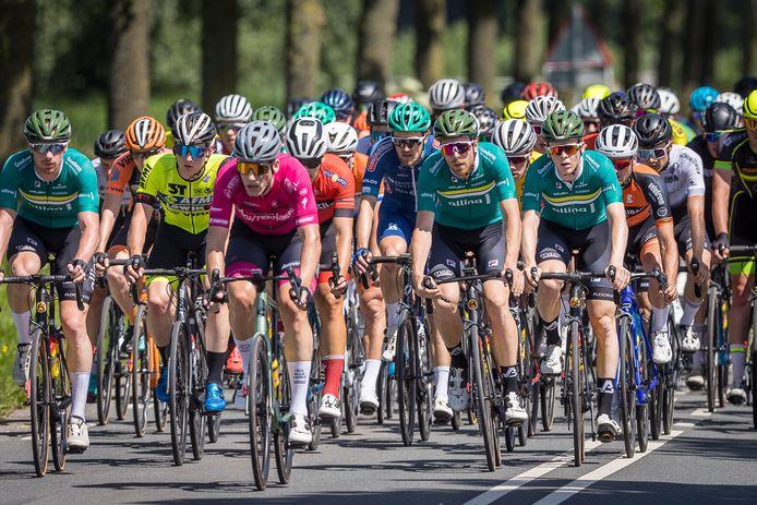De heerschappij van De IJsselstreek in beeld. Drie renners in het groen op de eerste rij van het peloton.