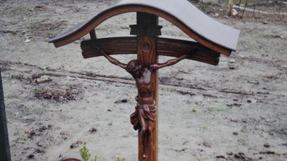 """Dieven aan de haal met uniek kruisbeeld op kerkhof: """"Alsof we onze zoon tweede keer verliezen"""""""