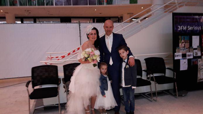 Het bruidspaar uit Apeldoorn met hun kinderen vlak voordat ze het glazen huis ingaan.