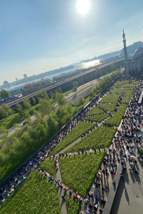 Indrukwekkend! Honderden moslims verzamelen zich bij de Essalam Moskee voor het ochtendgebed