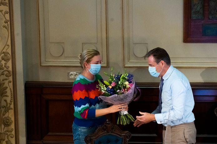 Bart De Wever (N-VA) neemt in stijl afscheid van Freya Piryns, die van 2001 tot 2020 onafgebroken in de gemeenteraad zetelde, eerst voor Agalev, later voor Groen.