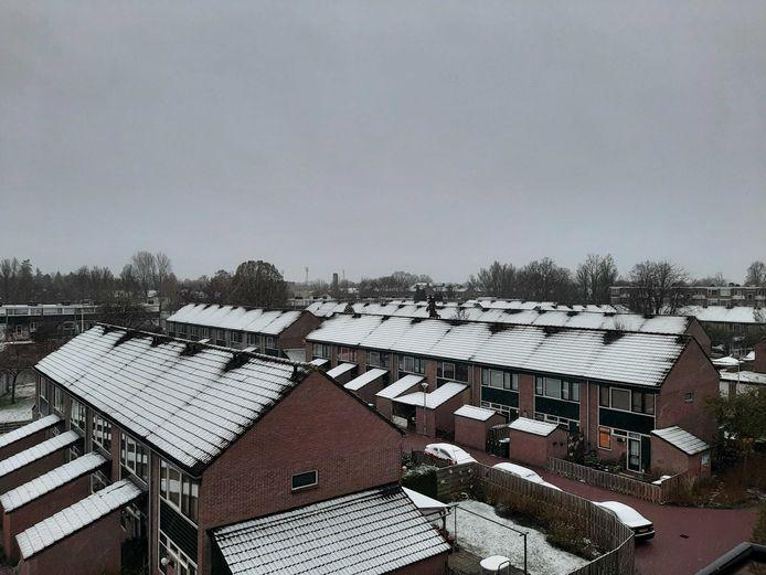 De daken in Deventer zien voorzien van een laagje sneeuw.
