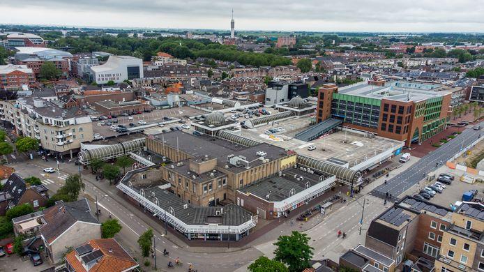Luchtfoto van Winkelcentrum De Aarhof in Alphen aan den Rijn