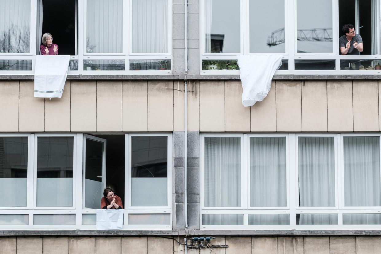 Vlamingen applaudisseren voor de zorgsector in Antwerpen. Beeld Bob Van Mol