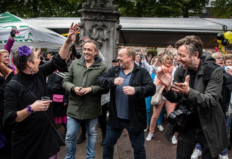 """Op stap met Marcel van Roosmalen, Jan Dirk van den Burg en Roelof de Vries in Tiel waar ze met een theatershow de inwoners een spiegel willen voorhouden. Van Roosmalen: """"Wat wij de mensen in de zaal willen laten zien is: jullie zijn niet bijzonder, dit is geen bijzondere stad. Je hebt hooguit het geluk van een mooie stadskern of zoiets."""" Beeld Koen Verheijden"""