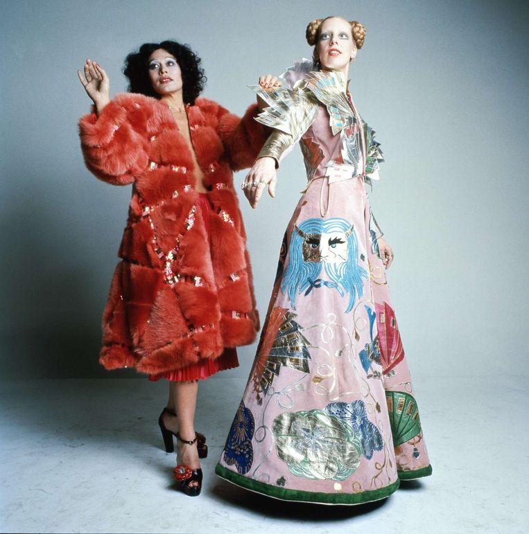 Modeontwerper Fong Leng met Mathilde Willink in 1974. Beeld ©Paul Huf / Maria Austria Instituut
