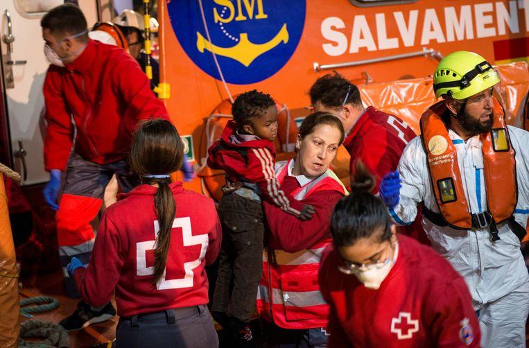 De Spaanse reddingsdiensten brachten al 65 mensen in veiligheid, onder wie zes vrouwen en drie kleine kinderen.