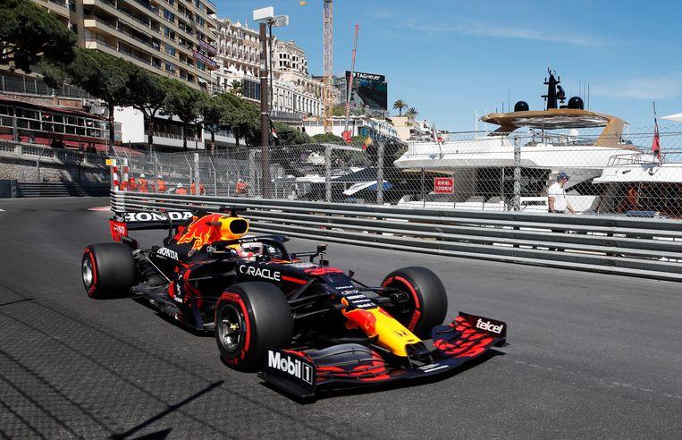 Max Verstappen in zijn Red Bull. Passeren is praktisch onmogelijk op het circuit  Beeld REUTERS