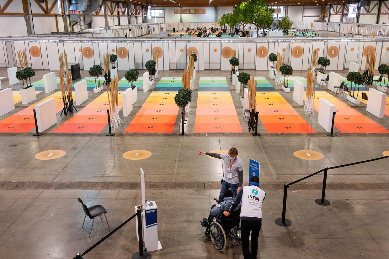 Mensen wachten op hun prik in het vaccinatiecentrum op de Heizel.  In Brussel heerst een vaccinatieachterstand.  Beeld put