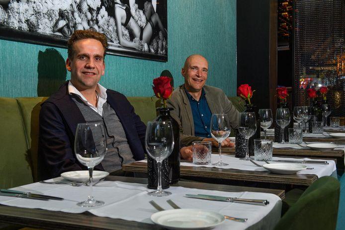Makelaar Roy Duijn (rechts) omschrijft zijn moeder als 'een lekkerbek'. Waar kun je haar nou gelukkig mee maken? Met een driegangenmenu van kok Peter Takens van Intenzo.