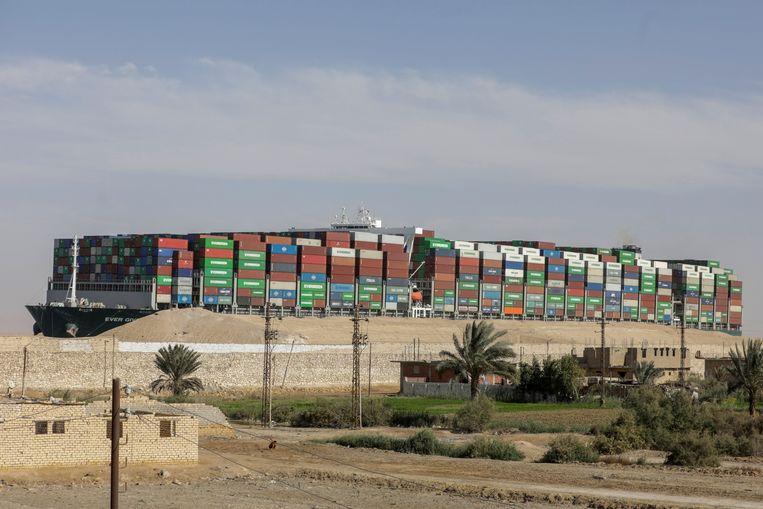 De Ever Given in het Suezkanaal. Beeld REUTERS