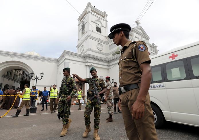 Militairen voor de de St. Anthony's kerk in Colombo