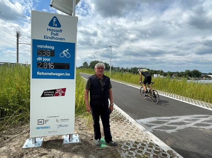 Gedeputeerde van Mobiliteit Bert Lambrechts huldigde de gloednieuwe fietstelzuil aan de fietssnelweg in Kuringen in.