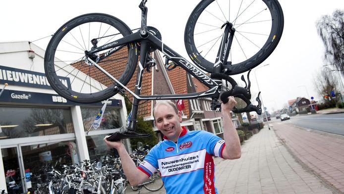 Fietsenmaker Tjabel Nieuwenhuizen voor zijn winkel. Hij bouwt een tribune voor zijn zaak om niets te missen van de doorgang van de Tour de France in Oudewater.