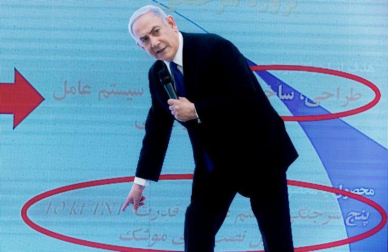 Premier Netanyahu maandag bij de presentatie van de buitgemaakte Iraanse stukken. Beeld EPA