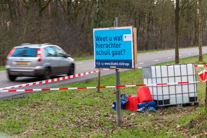 Ook aan de  Burgemeester van Woenseldreef/Sportpark de Lemelvelden heeft de gemeente Bladel als actie nep-drugsafval gedumpt langs de weg.