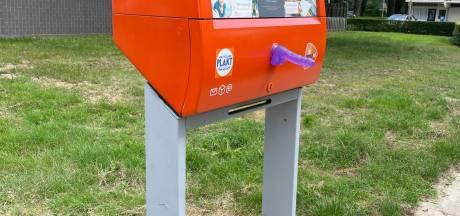 Dildoplakker slaat opnieuw toe in Nijmegen: overal in de stad zijn brievenbussen beplakt