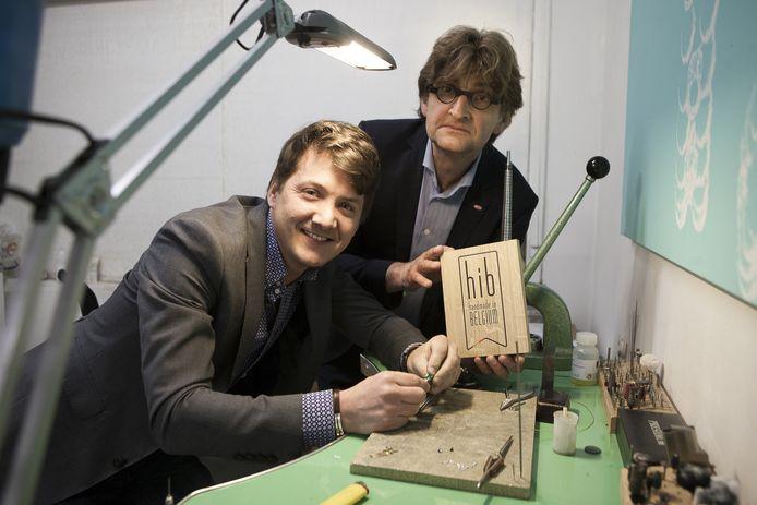 Julien De Maere krijgt het Handmade in Belgium-label uit handen van Wim Geirnaert van Unizo
