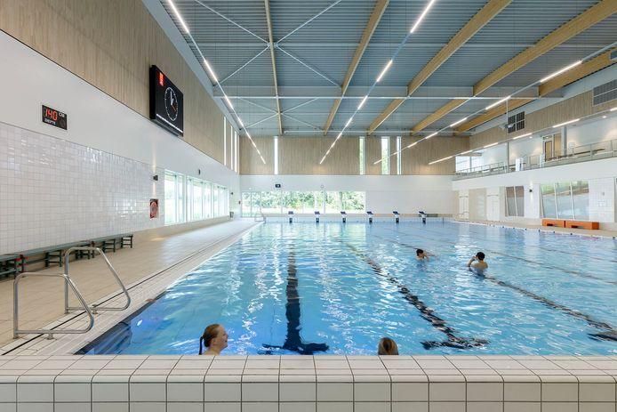 Zwembad De Tijenraan. Hier krijgen mensen met geheugenproblemen en Alzheimer, plus mantelzorgers, zwemles.