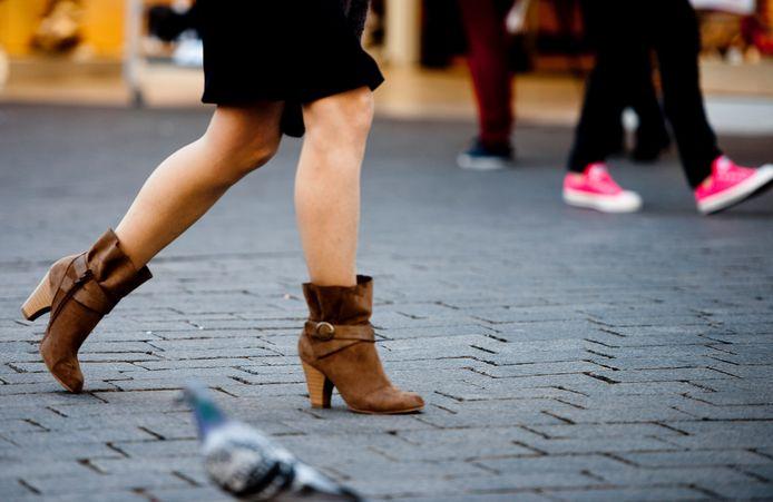 Blote benen in een winkelstraat.