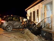 Grote ravage nadat auto woning in Aalst binnenrijdt, bewoners komen met schrik vrij