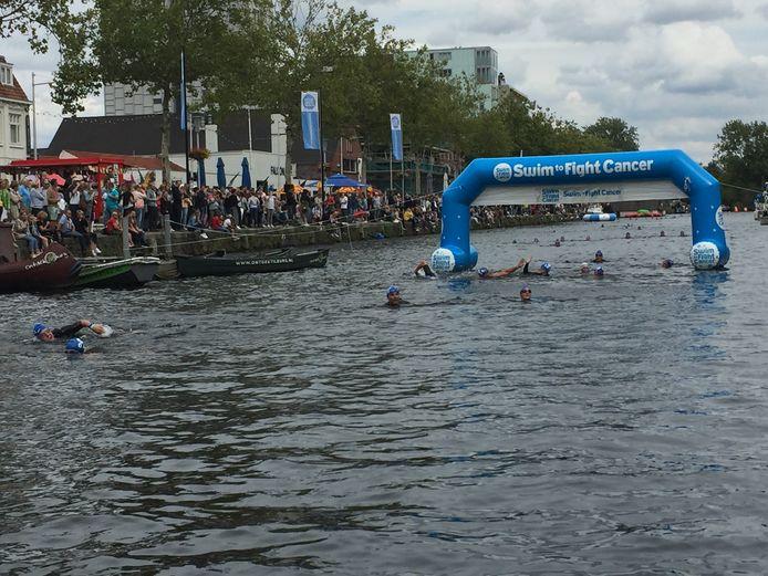 De finish na twee kilometer zwemmen in de Tilburgse Piushaven tijdens een eerdere editie van Swim to Fight Cancer.