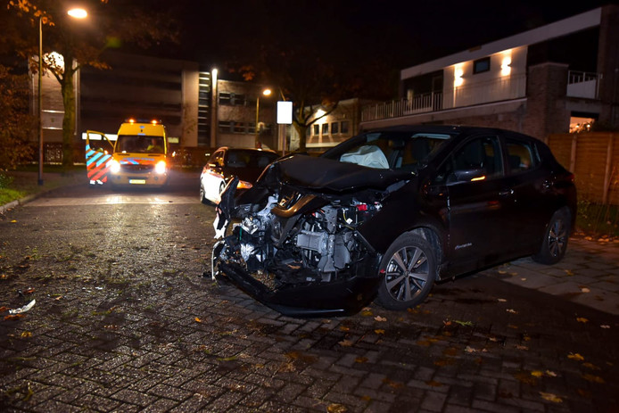 Automobilist botst tegen boom in Tilburg.