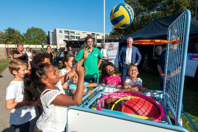 Onder toeziend oog van wethouder Jan van Dellen (achtergrond) proberen de kinderen van de Parkschool de spullen uit van de Skills Box.