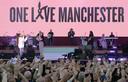 Ariana Grande (links) en Miley Cyrus tijdens het benefietconcert in Manchester