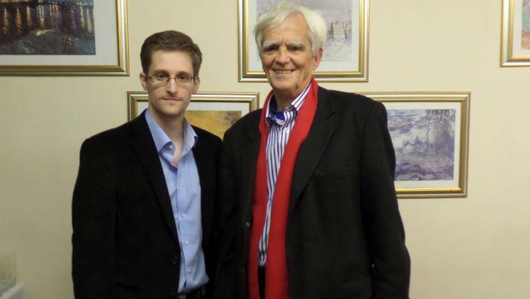 Klokkenluider Edward Snowden (L) vandaag met het Duitse bondsdaglid Hans-Christian Ströbele. Beeld REUTERS