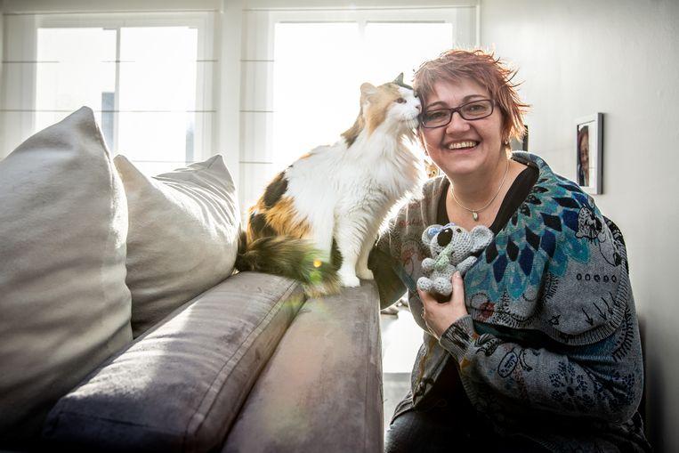 Danielle Janssens naaide buidels voor de koala's en kangoeroes in Australië. Als bedankje kreeg ze een zelf gehaakte koala.