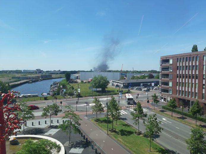 De rook die van de brand afkomstig is is van ver te zien. Dit is vanuit de rechtbank in Breda.