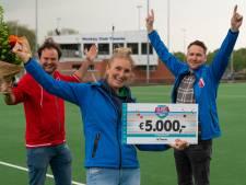Hoe maak je Hockeyclub Twente uit Hengelo blij? Met een cheque van 5.000 euro