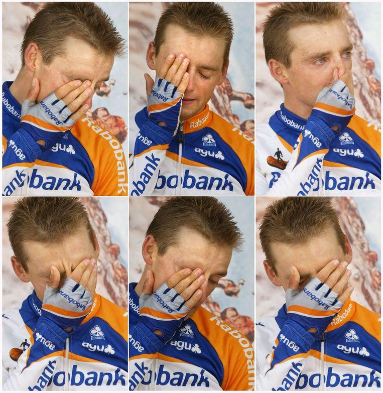 Karsten Kroon staat in tranen op het podium na het winnen van de achtste Tour de France etappe in Plouy in 2002. Beeld ANP