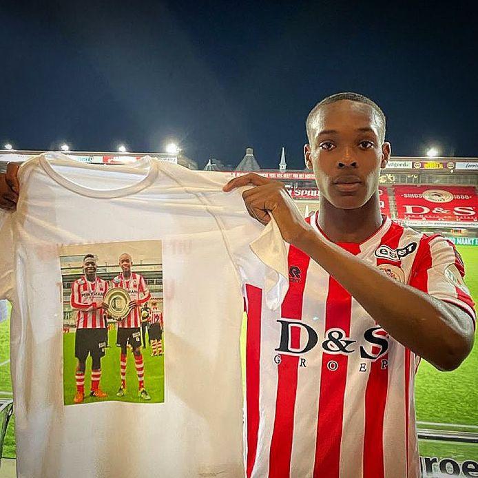 Emanuel Emegha met zijn shirt.