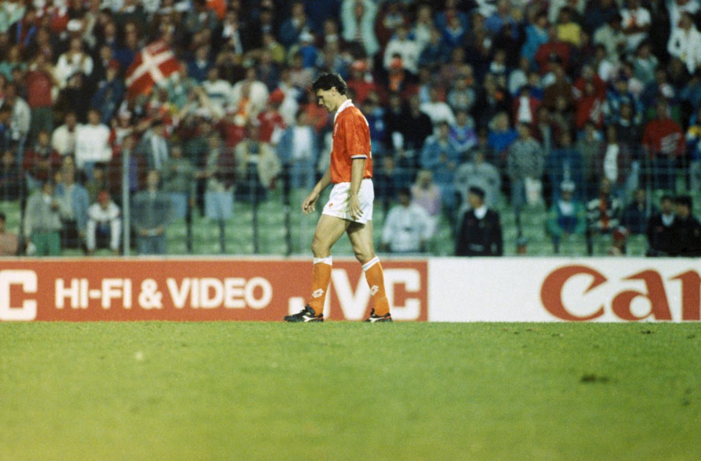 Marco van Basten druipt af nadat zijn strafschop wordt gestopt door de Deense doelman Peter Schmeichel tijdens de halve finale van het EK 1992.