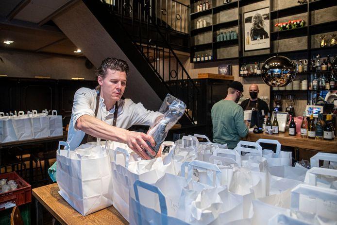 De pakketjes voor de digitale kookworkhop worden gevuld bij Diels in Wageningen
