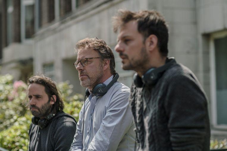 Dirk Verheye, Tom Lenaerts en Inti Calfat op de set van 'Over water'. Beeld © VRT - Toon Aerts