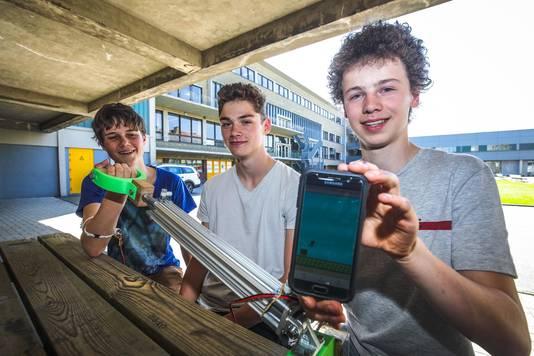 De vijfdes maakten een app om revalideren leuk te maken: armbewegingen worden naar een gsm-spelletje gestuurd.
