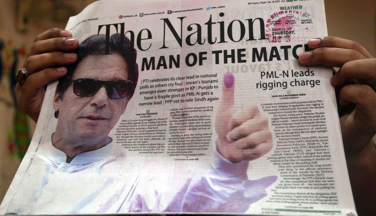 Imran Khan prijkt op de voorpagina van een Pakistaanse krant, de dag na de verkiezingen in het land. Beeld EPA