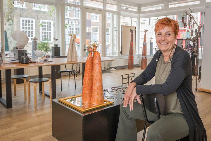 Gerda Glerum in haar nieuwe galerie 'Onder de Linde'. Naast haar, haar beeld Love of my life.