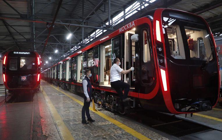 Een mannelijke bestuurder stapt de metro van Moskou in. Die kan nu ook door een vrouw worden bestuurd, zo besloot de Russische overheid.  Beeld EPA